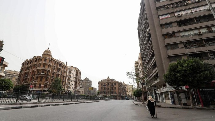 This picture taken on April 24, 2020 shows a view of Bab el-Louk square, one of the generally busy areas near the Egyptian capital Cairos Tahrir Square in the central downtown district, almost empty on the first Friday of the Muslim holy month of Ramadan due to the COVID-19 coronavirus pandemic. (Photo by Mohamed el-Shahed / AFP)