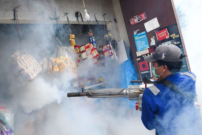Petugas melakukan pengasapan (fogging) di kawasan Pasar baru, Jakarta, Selasa (7/4/2020). Kegiatan tersebut guna memberantas nyamuk Aedes aegypti sekaligus mencegah wabah demam berdarah dengue (DBD). ANTARA FOTO/M Risyal Hidayat/foc.