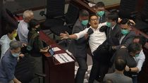Anggota Parlemen Hong Kong Baku Hantam Lagi di Tengah Rapat