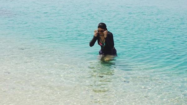 Dalam perjalanannya Puteri Indonesia Pariwisata ini juga sampai pulau Manimbora. (Jihane Almira/Instagram)