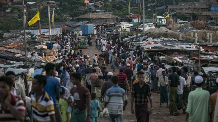 Laporan infeksi virus corona pertama dilaporkan penghuni kamp pengungsi Rohingya di Bangladesh pada Kamis (14/5). WHO kini menelusuri awal penularan.