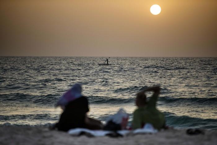 Banyak hal yang dapat dilakukan orang untuk menunggu datangnya waktu berbuka puasa. Sebagian warga Palestina memilih bersantai bersama keluarga di tepi pantai di Kota Gaza.