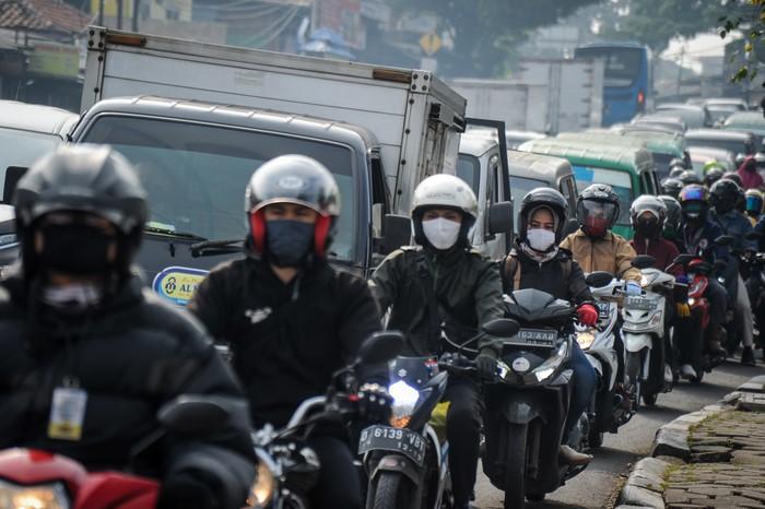 Sejumlah pengendara kendaraan memadati jalan menuju Kota Bandung di Cibiru, Kabupaten Bandung, Jawa Barat, Senin (18/5/2020). Meski penerapan Pembatasan Sosial Berskala Besar (PSBB) di Jawa Barat masih berlaku hingga 19 Mei 2020 mendatang, namun sejumlah ruas jalan telah ramai dipadati kendaraan hingga menyebabkan kemacetan. ANTARA FOTO/Raisan Al Farisi/wsj.