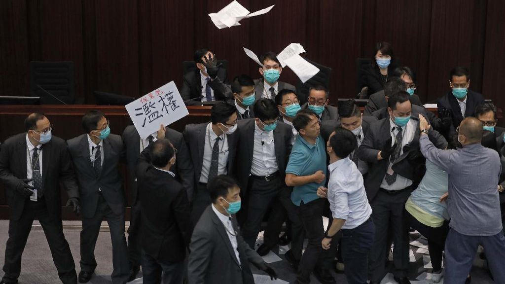 3 Eks Anggota Parlemen Hong Kong Ditangkap Atas Pelemparan Cairan Busuk