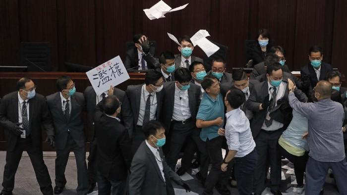 Keributan pecah di Parlemen Hong Kong. Anggota parlemen pro-demokrasi dan pro-Beijing terlibat pertengkaran terkait jabatan komite penting.