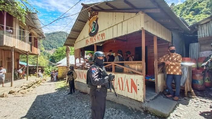 Momen Kapolda Papua mengunjungi Pospol 99 Ndeotadi pascapenyerangan (dok. Istimewa)