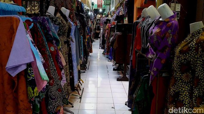 Menjelang lebaran atau memasuki arus mudik seperti saat ini, biasanya para pedagang batik di Pasar Batik Setono, Kota Pekalongan, meraup keuntungan. Namun tidak tahun ini. Ditengah pendemi corona, tidak ada pemudik. Pengunjung pasar batikpun sepi.