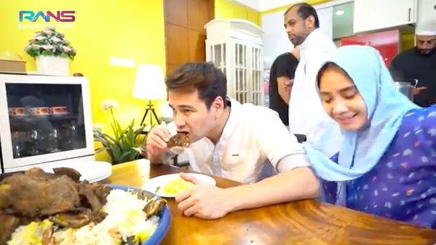 Syekh Ali Jaber masak nasi mandi untuk sahur