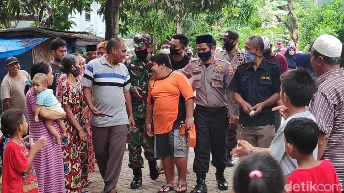 Warga ramai beri dukungan ke RZ bocah penjual jalangkote korban bully di Pangkep, Sulsel.