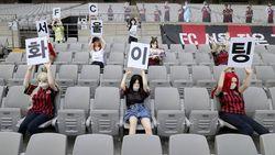 Penonton Bola di Stadion: Kardus, Boneka Seks, Teddy Bear