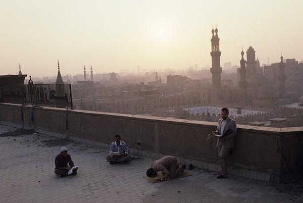 Modernisasi di Al-Azhar juga turut memperluas Pengaruh Al-Azhar terhadap di dunia Islam, banyak tokoh-tokoh yang nantinya menjadi orang penting belajar di tempat tersebut. Selama tahun 1990-an setidaknya ada terdapat enam ribu siswa internasional yang terdaftar di Al-Azhar dan mereka mewakili 74 negara. Manuel Litran/Paris Match via Getty Images.