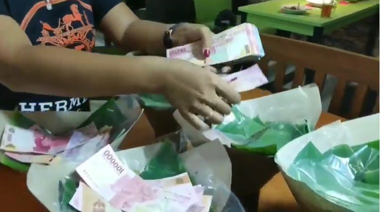 Heboh Donasi Nasi Bungkus Isi Uang Rp 1 Juta, Wanita Ini Juga Bagikan Beras 'Bahagia'