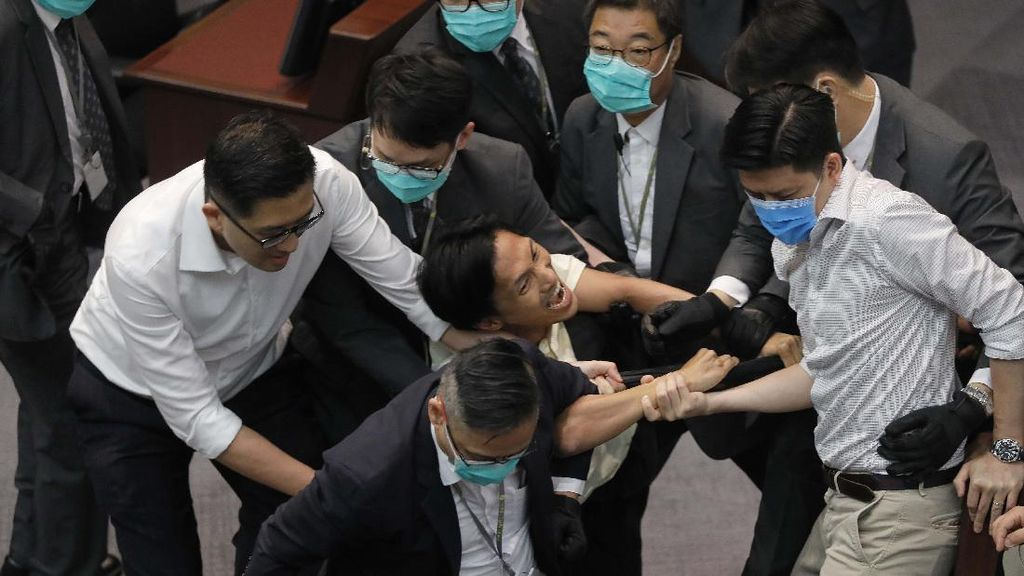Keributan Pecah di Parlemen Hong Kong