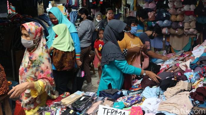 H-5 jelang Lebaran, aktivitas di Pasar Minggu, Jakarta Selatan ramai. Warga berbelanja pakaian untuk kebutuhan Idul Fitri.