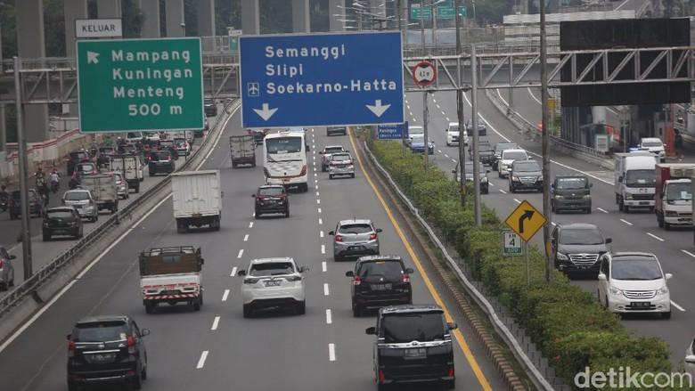 Kendaraan melintasi tol dalam kota di Jalan Gatot Subroto, Jakarta, Selasa (19/5/2020). Suasana hari ini tampak ramai lancar.