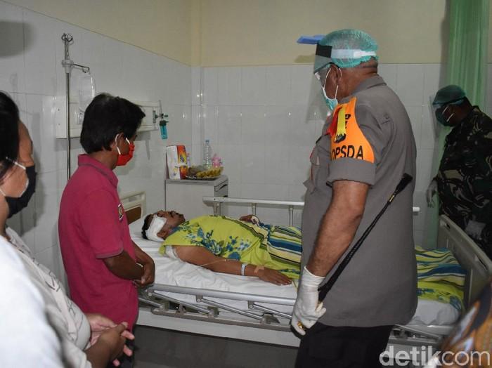 Kapolda Papua Irjen Paulus Waterpauw menjenguk polisi yang diduga diserang KKB di pospol.