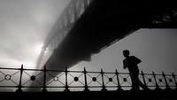 Kabut juga tak menyurutkan semangat warga untuk berolahraga. Jembatan Sydney Harbour adalah jalur utama untuk menyeberangi Pelabuhan Sydney yang menghubungkan distrik pusat bisnis Sydney dengan wilayah utara Sydney.