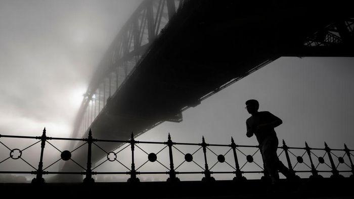 Kabut tebal menyelimuti kota Sydney, Selasa (19/5/2020) pagi. Bahkan Sydney Harbour Bridge juga sempat tertelan kabut tebal tersebut.