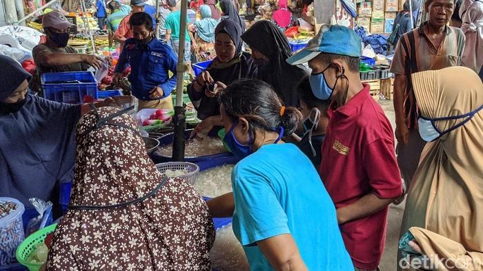 Pedagang melayani pembeli buah kolang kaling di Pasar Kebayoran Lama, Jakarta, Selasa, (19/4/2020).