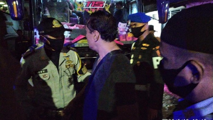 Ketahuan angkut penumpang mudik di Pondok Labu, 2 bus dikandangkan di Pool Pulogadung