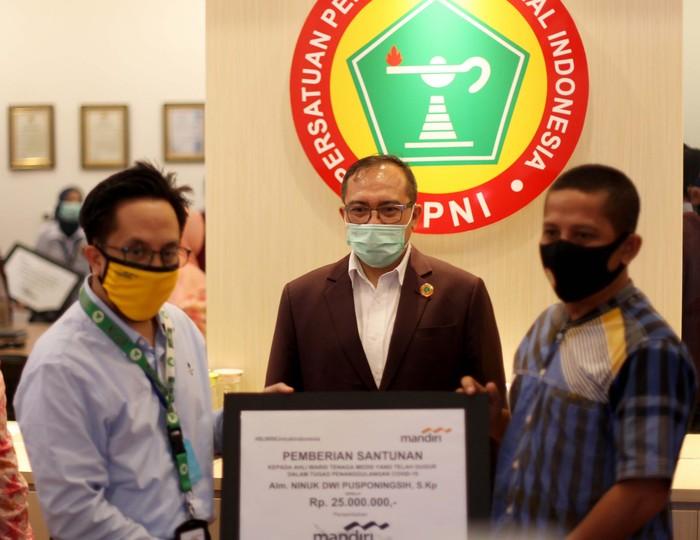 Apresiasi dedikasi untuk tenaga kesehatan terus diberikan karena gugur dalam bertugas menangani pandemi COVID-19 di Indonesia.