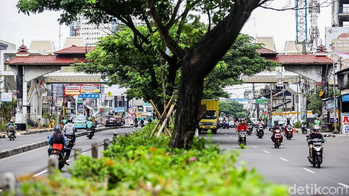 Kendaraan bermotor meilntasi jalan Margonda Raya ditengah pemberlakuan PSBB di Kota Depok, Jawa Barat, Selasa (19/5/2020). Grandyos Zafna/detikcom