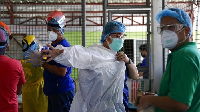 Manuel Sotelo III adalah salah satu tim medis yang terus berjuang menangani pasien Corona di Filipina. Begini potret kesehariannya.