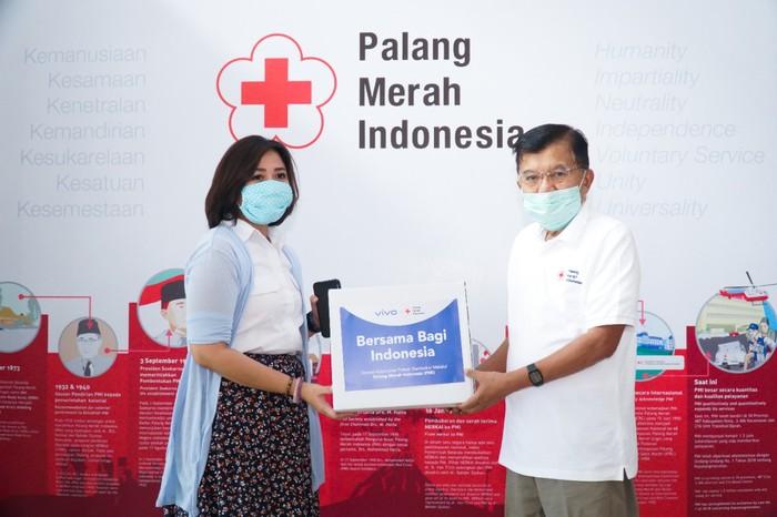Vivo Indonesia menyerahkan bantuan sembako ke PMI