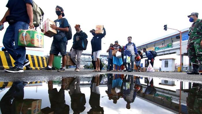 Pemudik bersiap turun dari kapal di Pelabuhan Ketapang, Banyuwangi, Jawa Timur, Selasa (19/5/2020). Pada H-5 Idul Fitri, arus mudik di Pelabuhan Ketapang terpantau ramai penumpang pejalan kaki dari Pulau Bali, sedangkan dengan tujuan Pulau Bali didominasi angkutan logistik. ANTARA FOTO/Budi Candra Setya/foc.