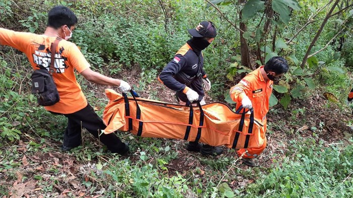 Proses evakuasi mayat pria di Gunung Tebon Wonogiri