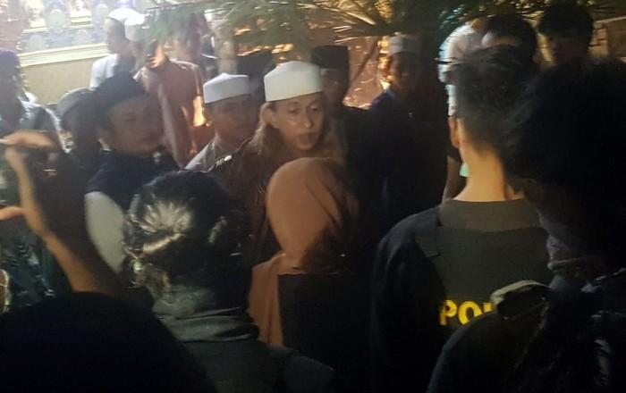 Habib Bahar bin Smith kembali dijebloskan ke bui. Bahar dianggap telah melanggar proses asimilasi yang diberikan Kemenkum HAM.