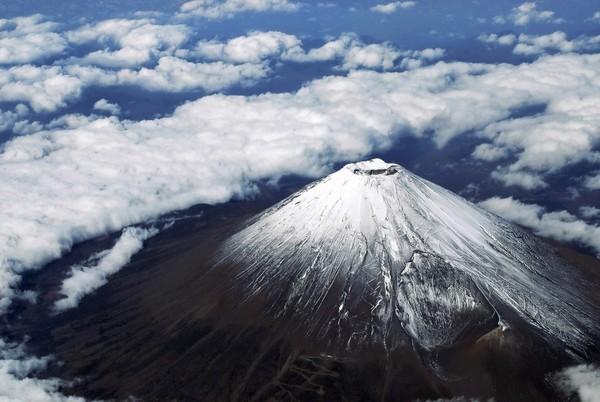 Pepatah Jepang mengatakan bahwa adalah bijak mendaki Gunung Fuji sekali seumur hidup, tapi bodoh jika melakukannya dua kali. (Getty Images/iStockphoto)