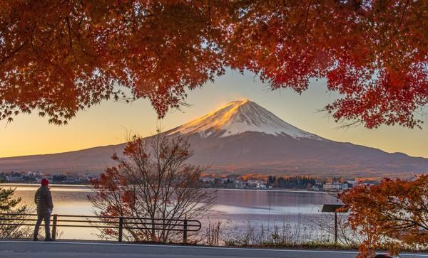 Gunung tertinggi Jepang dengan selimut salju di puncaknya ini tak pernah sepi pengunjung. (Getty Images/iStockphoto)