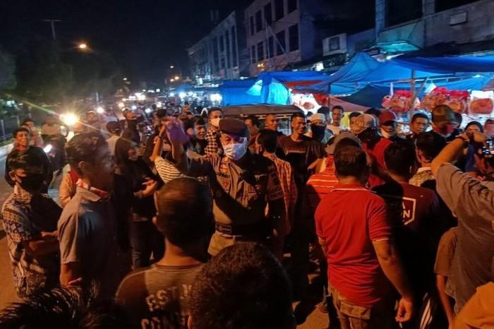Pedagang di Dumai tolak pembatasan jam usaha selama penerapan PSBB di Kota Dumai pada Senin (18/5) malam (ANTARA/Abdul Razak)