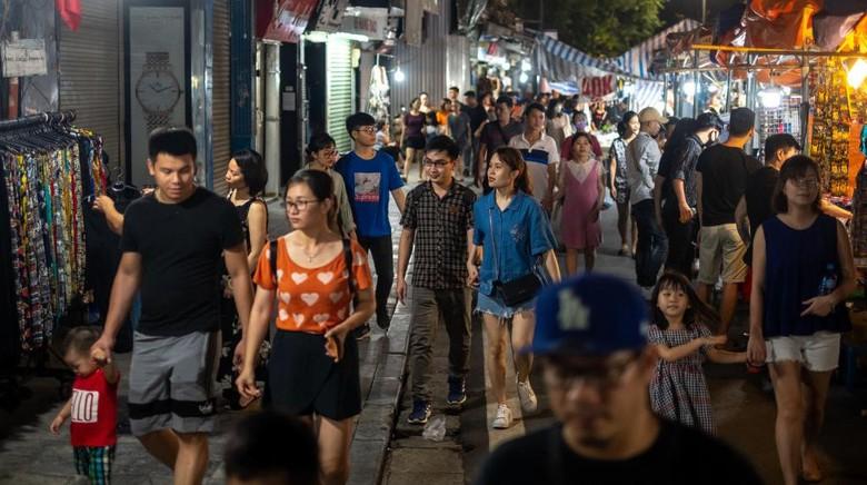 Pasar malam di Old Quarter Hanoi kembali ramai setelah pemerintah Vietnam melonggarkan aturan lockdown. Begini suasananya.