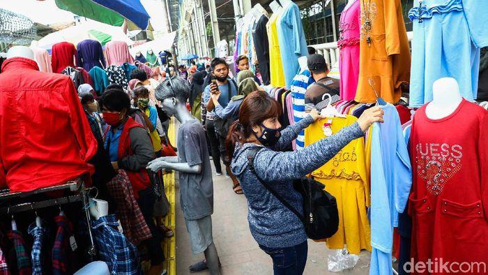 Menjelang Hari Raya Idul Fitri Pasar Tanah Abang kembali ramai dipenuhi para pedagang dan pembeli. Berikut foto-foto suasana terkininya.