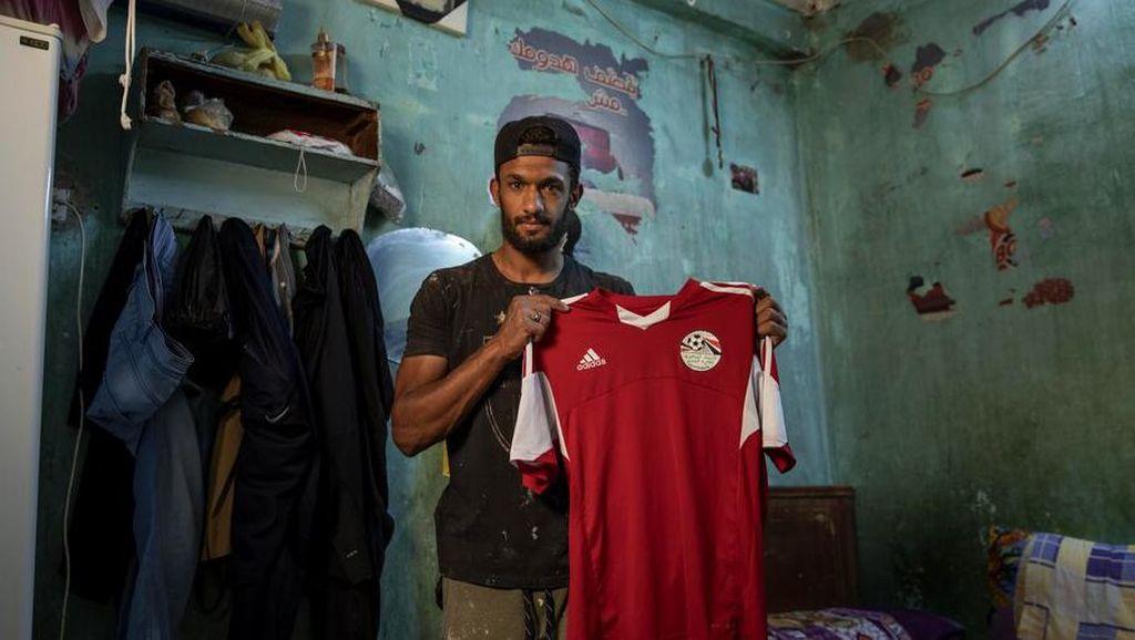 Corona Bikin Pesepakbola asal Mesir Ini Jadi Kuli Bangunan