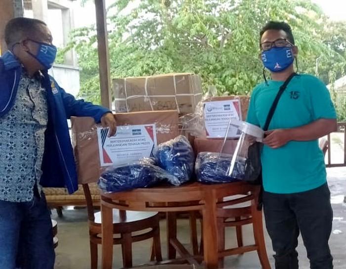 Partai Demokrat peduli terus menyalurkan berbagai kebutuhannya hingga ke pelosok negeri. Kali APD yang disalurkan untuk RSUD Komodo Labuan Bajo dan beberapa puskesmas di Manggarai.