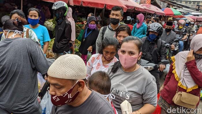 Aktifitas pasar sembako dan sayur mayur di Pasar Kebayoran Lama terpantau ramai oleh para pedagang dan pengunjung, di Jakarta Selata , Selasa (19/5/2020).
