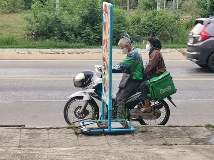 Pasangan tua jadi pengantar GrabFood