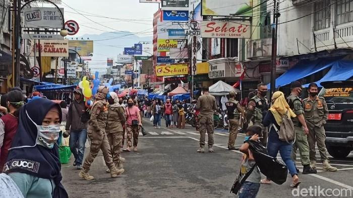 Ribuan orang tumpah ke pusat perkotaan Garut. Seolah tak peduli pandemi, mereka berbondong-bondong berburu baju dan perlengkapan lebaran.