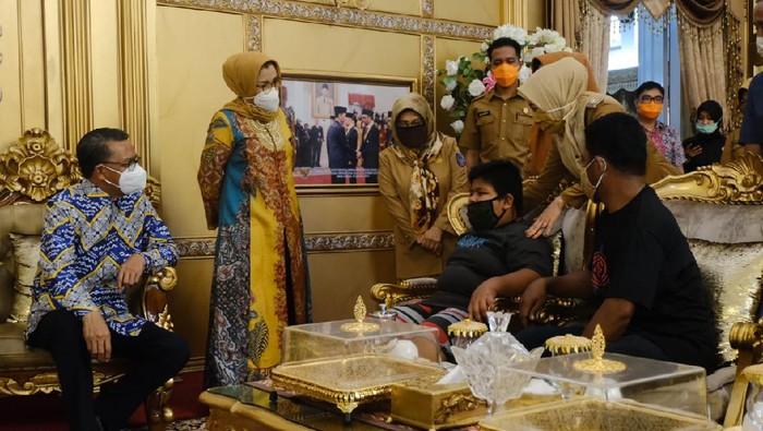 Gubernur Sulsel Nurdin Abdullah menerima RZ (12), bocah penjual jalangkote korban bully di Pangkep (dok. Istimewa).
