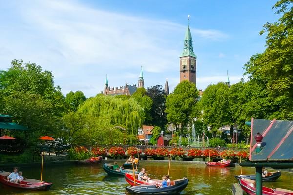 Denmark dan Austria ada di peringkat kelima dengan akses bebas visa ke 187negara. Ada sejumlah alasan yang membuat paspor bisa diakui sebagai yang terkuat dan paling lemah di dunia. Hal ini tak cuma sebatas banyaknya negara yang bisa dikunjungi orang Jepang tanpa visa, tetapi juga menyangkut situasi politik, ekonomi, dan budaya(Foto: Getty Images)