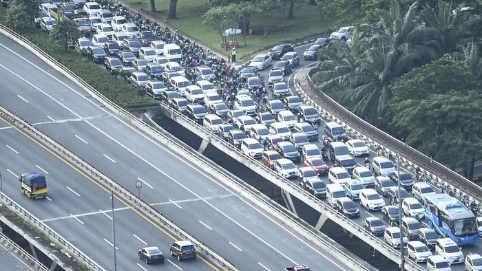 Sejumlah kendaraan memadati ruas jalan di kawasan Semanggi, Jakarta, Selasa (19/5/2020). Meski masa pembatasan sosial berskala besar (PSBB) masih berlangsung, sejumlah warga dengan kendaraannya mulai memadati lalu lintas Ibukota. ANTARA FOTO/Muhammad Adimaja/hp.