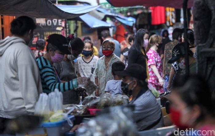 Pasar Gudang Areng, Tanah Sereal, tampak ramai dengan aktivitas para pedagang dan pembeli. Aktivitas pasar berjalan normal meski penerapan PSBB masih diterapkan