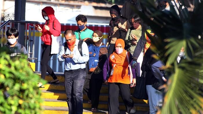 H-4 Lebaran, Stasiun Bekasi masih dipenuhi penumpang. Meski PSBB di Jawa Barat masih berlangsung, aktivitas di stasiun ini masih terlihat ramai.