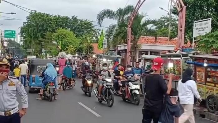 Suasana pasar takjil di Johar Baru Jakarta Pusat, Rabu (20/5) Sore.