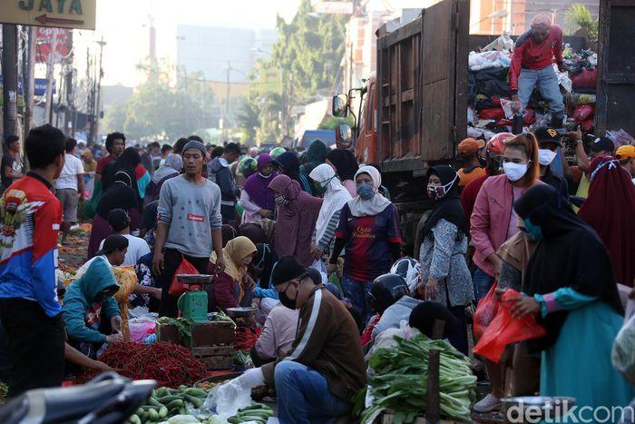 Sejumlah warga tampak sedang berbelanja berbagai kebutuhan pokok di pasar tradisional yang berada di kawasan Kota Bekasi, Jawa Barat, Rabu (20/5/2020).
