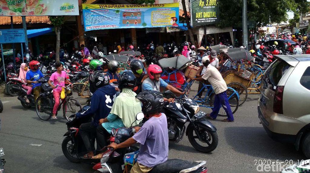 Potret Kepadatan Pengunjung di Pasar Kota Rembang