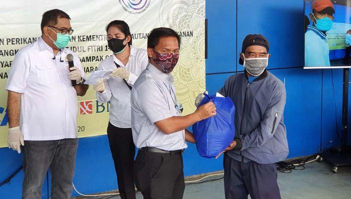Bantuan sembako dan olahan ikan ini diberikan untuk nelayan di Pelabuhan Perikanan Samudera (PPS) Nizam Zachman, Muara Baru, Jakarta. Foto: Istimewa.